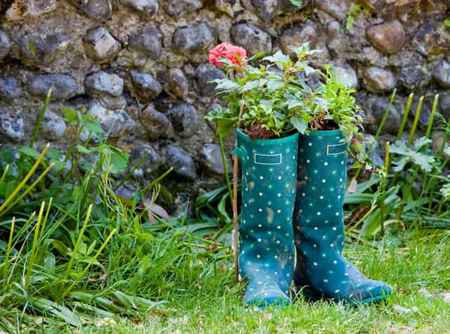 Diy garden decoration 12 best eco friendly outdoor dcor ideas flowers are the ornaments of garden the more the flowers the more your garden will be pretty and colorful you can put the flowers in your old wellington solutioingenieria Image collections